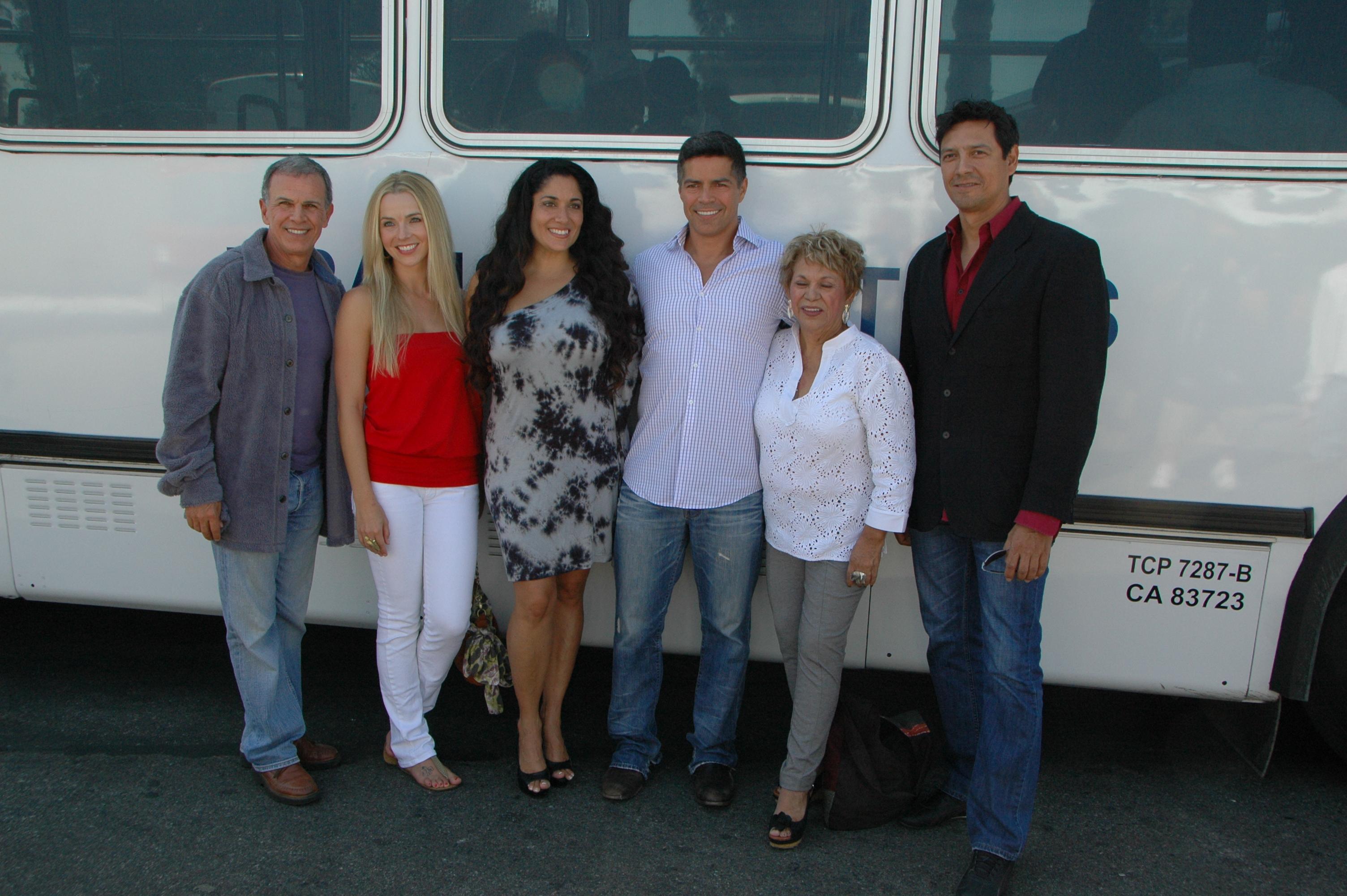 El elenco de Los Americans recargados en uno de los autobuses de Transit TV. (Foto José Ubaldo/El Pasajero)