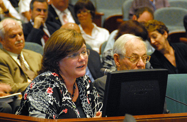 Dr. Lucile Jones, de U.S. Geological Survey, presenta su testimonio ante el Comité de Planificación de Metro. (Foto Gayle Anderson/El Pasajero)