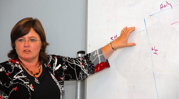 Lucy Jones, experta en sismología del U.S. Geological Survey, explica las fallas sísmicas a los reporteros durante la reunión durante la reunión del Comité de Planificación. Foto Gayle Anderson/El Pasajero.
