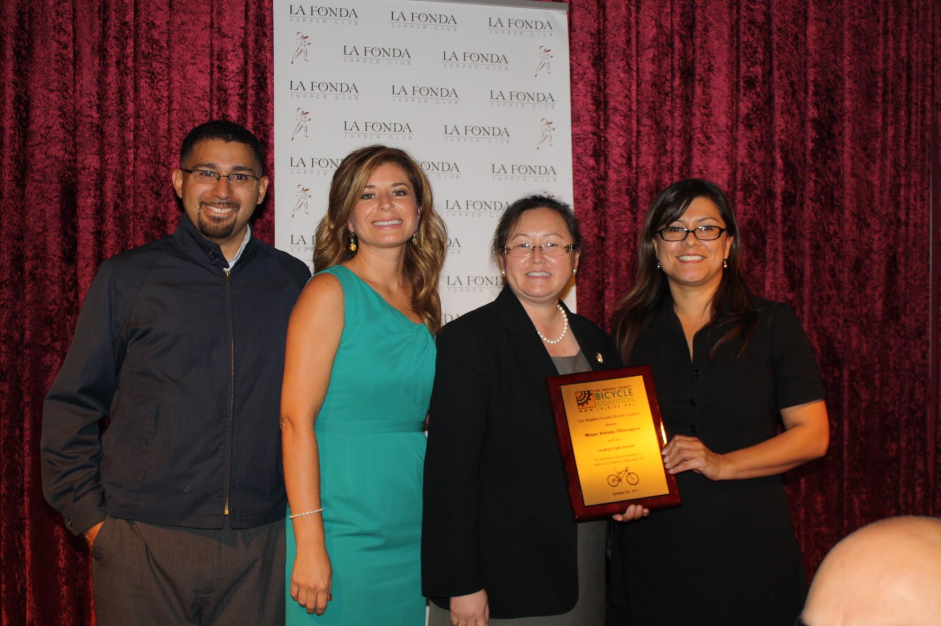 Lisa Sarno y Deanne Gómez recibieron a nombre del Alcalde Villaraigosa el reconocimiento de Andy Rodríguez y Lourdes López, City of Lights. (Foto Agustín Durán/El Pasajero)