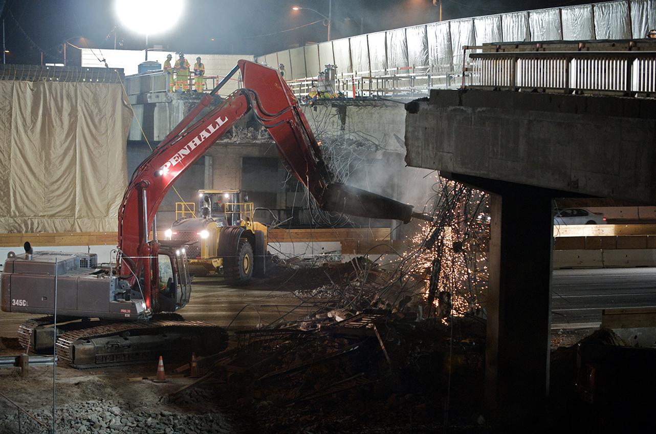 Ahora le toca a la parte norte del Puente Sunset ser demolida. En la gráfica cuadrillas de trabajadores demuelen la parte sur. (Foto Metro Construction)