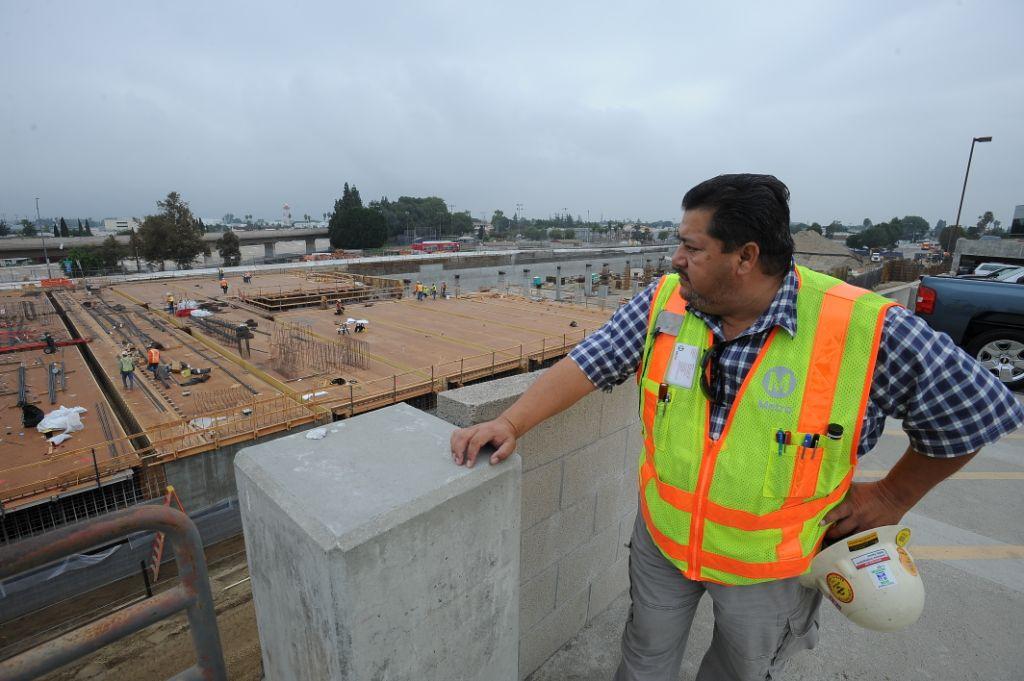 Javier Lora observa el progreso del centro de transporte de El Monte. (Foto Juan Ocampo/El Pasajero).