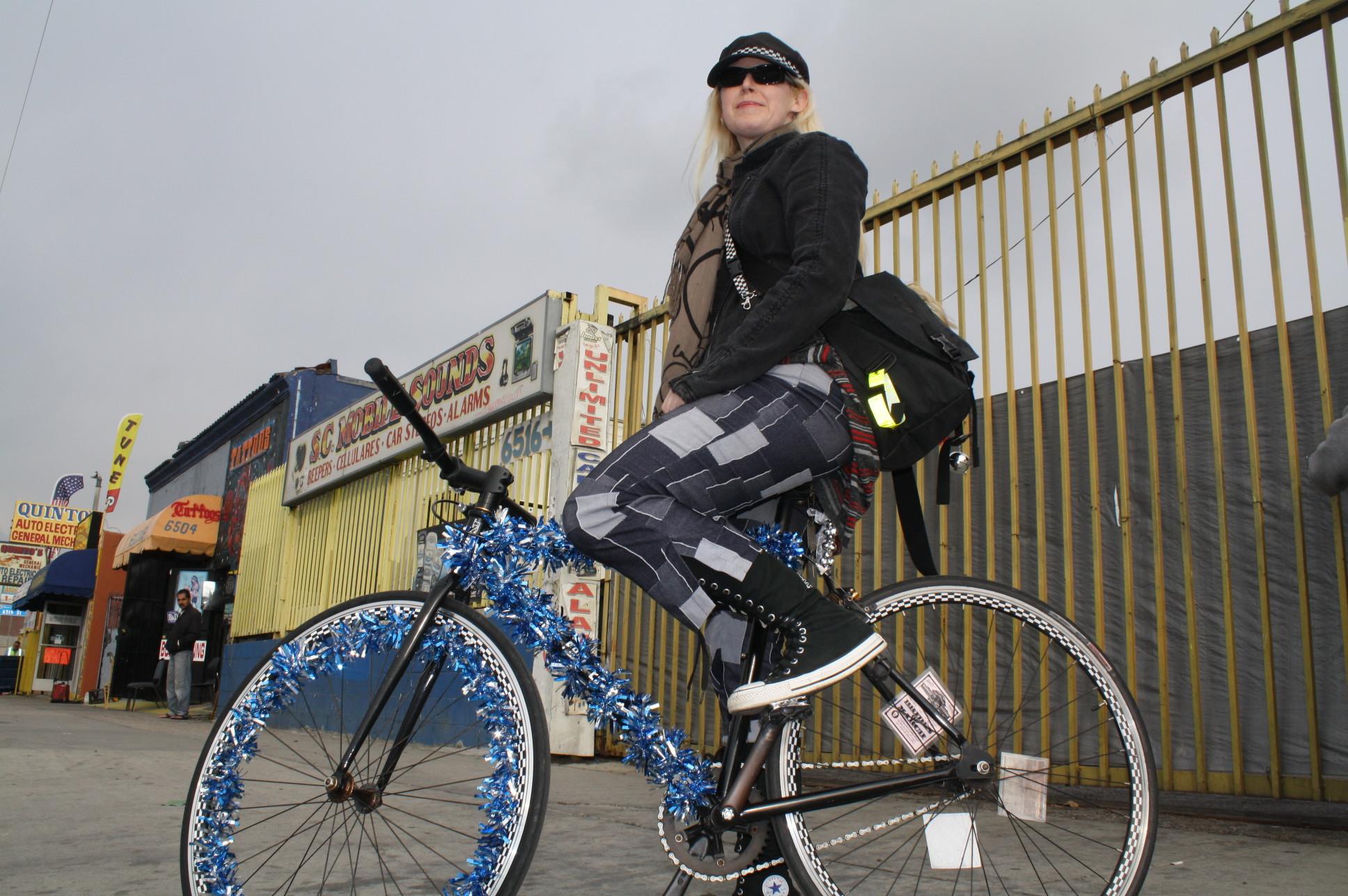 Como la bicicleta de Celest es su vehículo de transporte diario cada año le gusta mostrar su espíritu navideño (Foto Agustín Durán/El Pasajero).