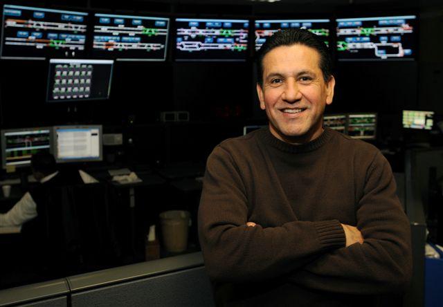 José Serrano en el Centro de Control de Trenes de Metro en Willowbrook. (Foto Juan Ocampo/El Pasajero).