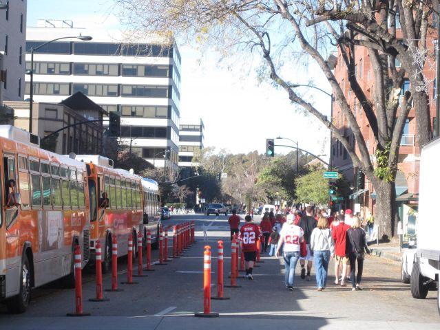 Al salir de la estación los usuarios de Metro simplemente caminaban a Colorado a ver el desfile o se encaminaban al estadio Rose Bowl.