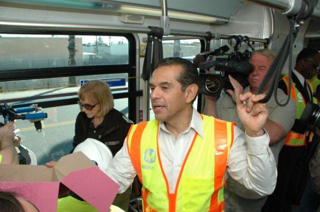 El Alcalde de Los Angeles Antonio Villaraigosa hablando ante los medios de comunicación abordo del autobús de Metro.