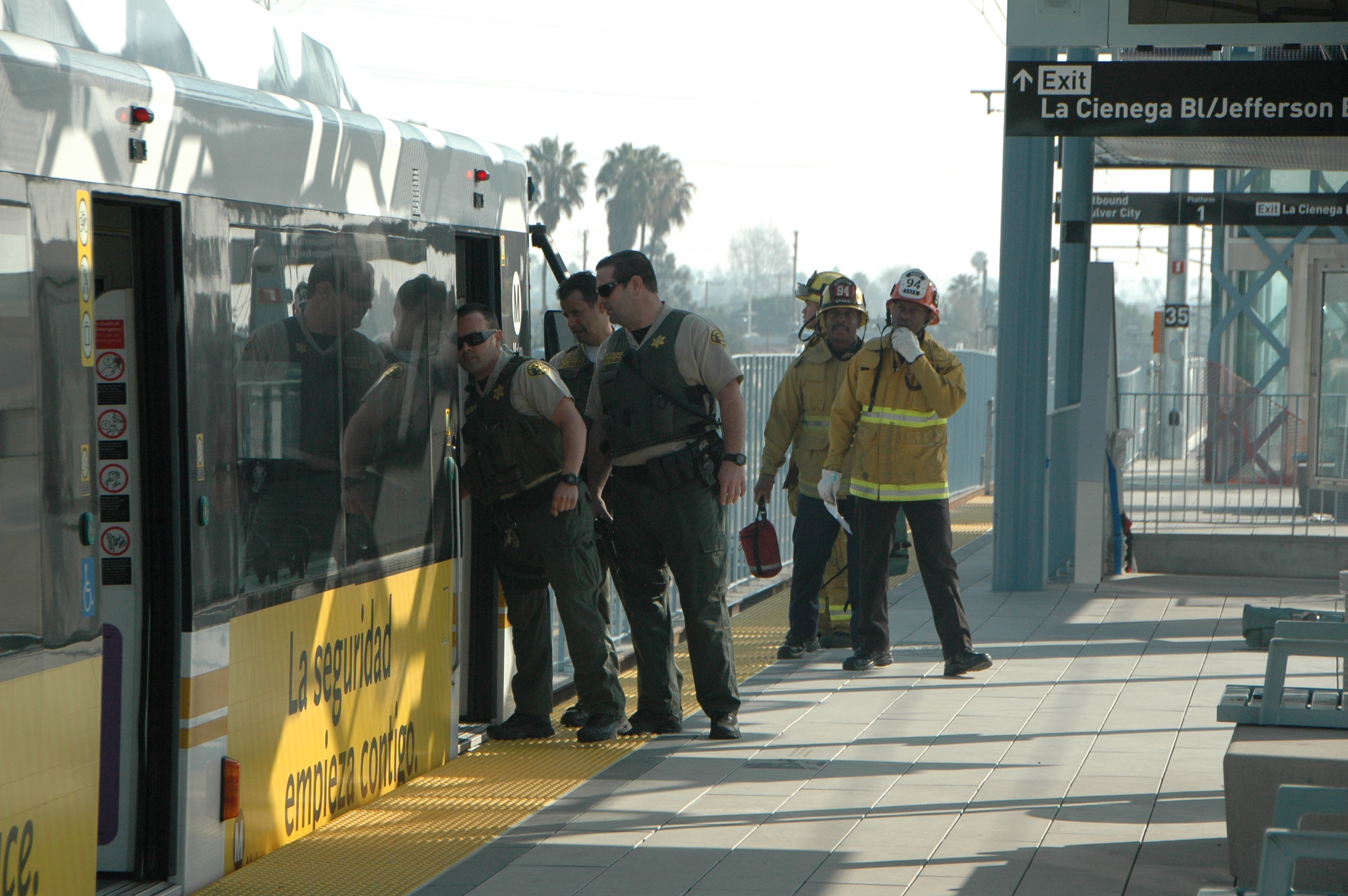 Agentes del Sheriff y de los Bomberos inician su labor dentro del ejercicios efectuado esta mañana en la estación La Ciénega/Jefferson. (Foto José Ubaldo/El Pasajero).