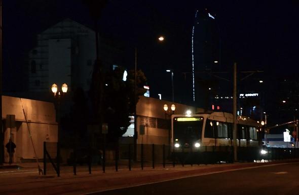 """Un tren de la Línea Expo avanza rumbo al sur en la calle Flower el jueves por la mañana. La foto fue manipulada utilizando el efecto del pincel seco """"dry brush"""". (Foto Steve Hymon/Metro)"""