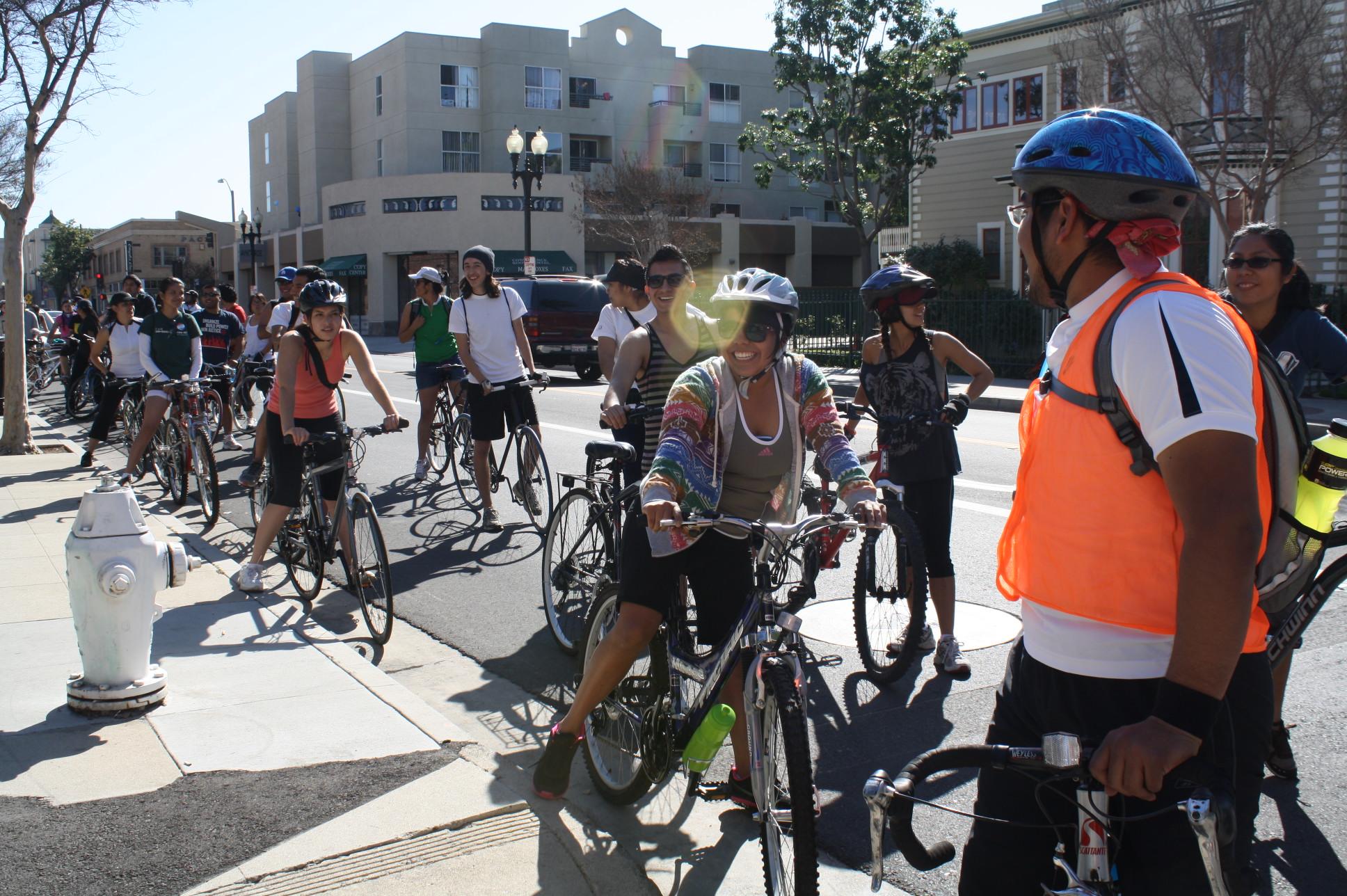 Uriel Rivera fue uno de los voluntarios que encabezó la caravana de bicicletas ayer domingo desde Santa Ana a Los Ángeles. (Foto Agustín Durán/ El Pasajero)