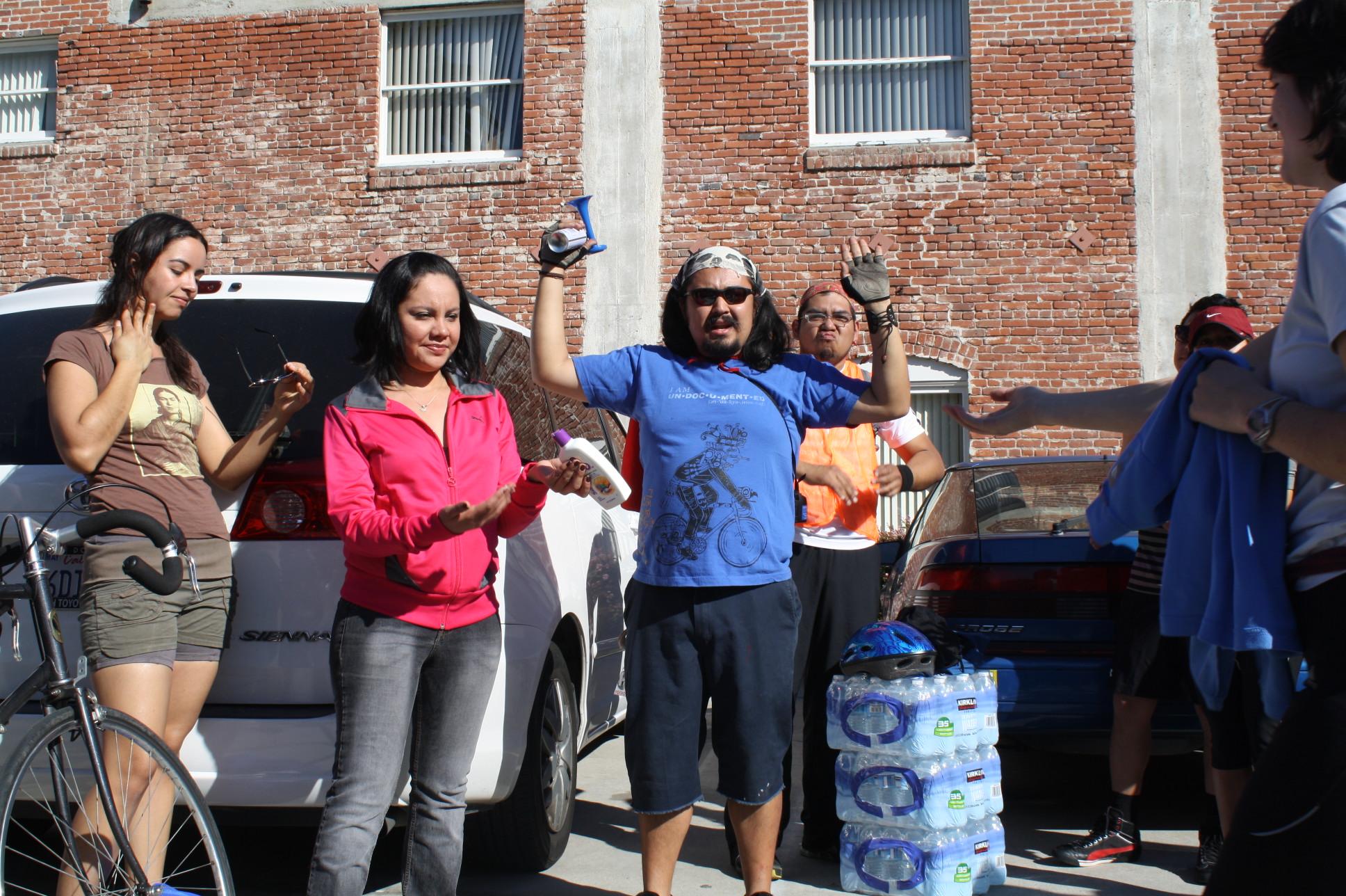 """Erick Huerta, azul, y Yenni Díaz, rosa, fueron dos de los organizadores del evento """"OC Dream Act Riders 2012"""" que por segundo año consecutivo reúne a más de 100 ciclistas. (Foto Agustín Durán/ El Pasajero)"""