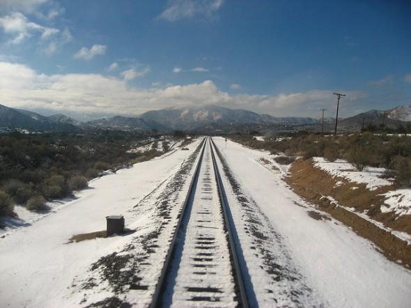Vista hacia las montañas desde las vías del tren de la Línea Antelope Valley de Metrolink. (Foto Spokker Jones, vía Flickr creatve commons).