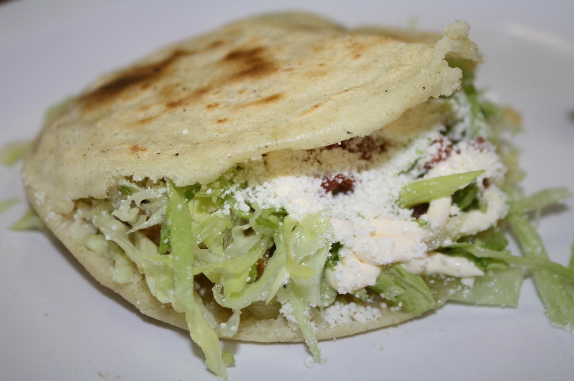 Gordita de chicharrón en salsa verde. (Foto Agustín Durán/El Pasajero).