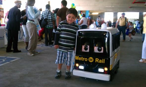 Un pequeñín posa con uno de los robots que Metro utiliza en las escuelas para hablar sobre seguridad alrededor de los trenes. (Foto Kim Upton)