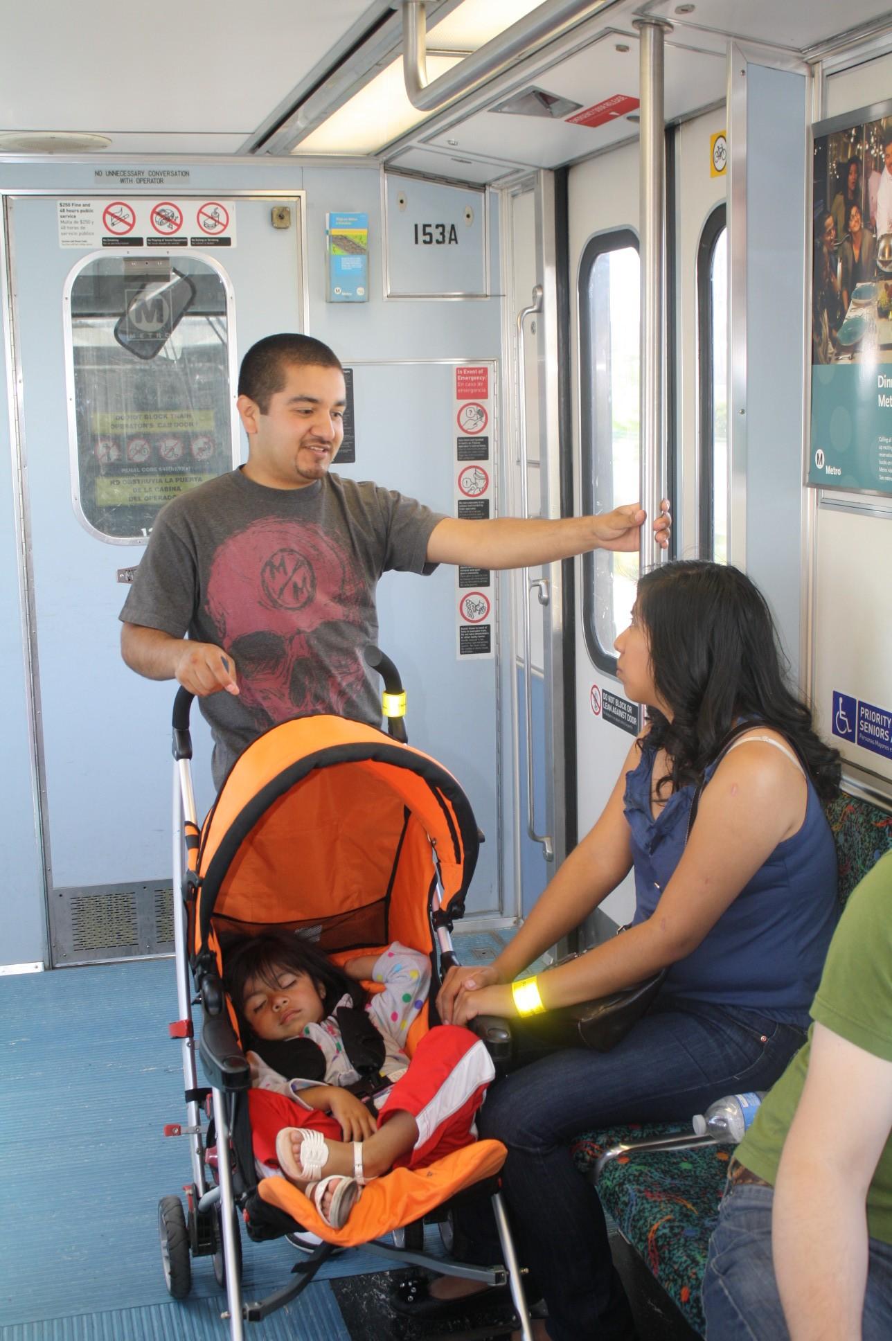 La familia Cerezo-Mateo viajaron para conocer la nueva línea del Metro (Foto de Agustín Durán/El Pasajero)