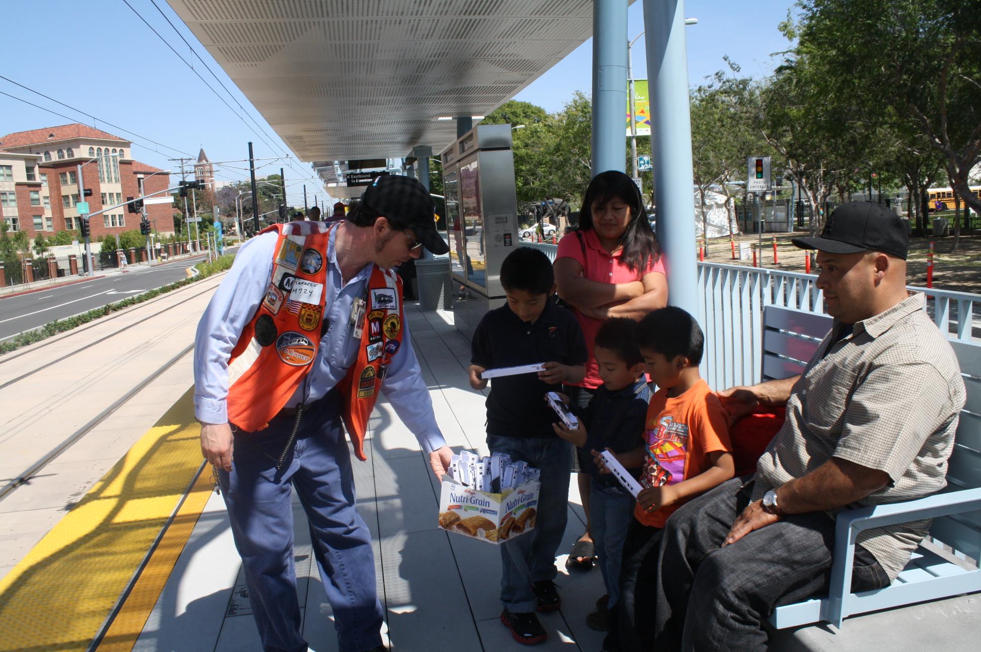 Personal de Metro estuvo dando guías, información, programas y trenes para armar para los niños que viajaron el día de hoy (Foto de Agustín Durán/El Pasajero)