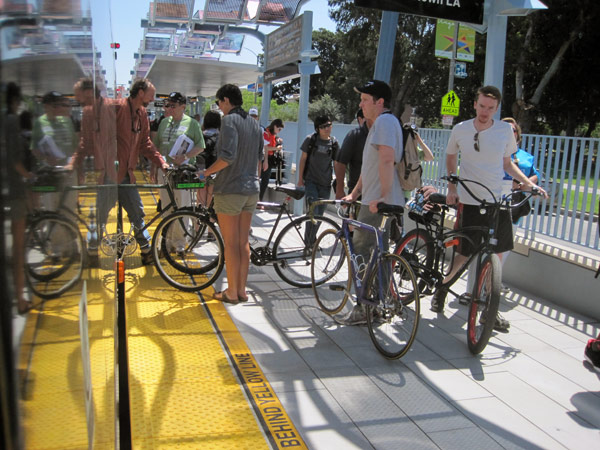 Ciclistas en una de las plataformas de las nuevas estaciones de la Línea Expo.