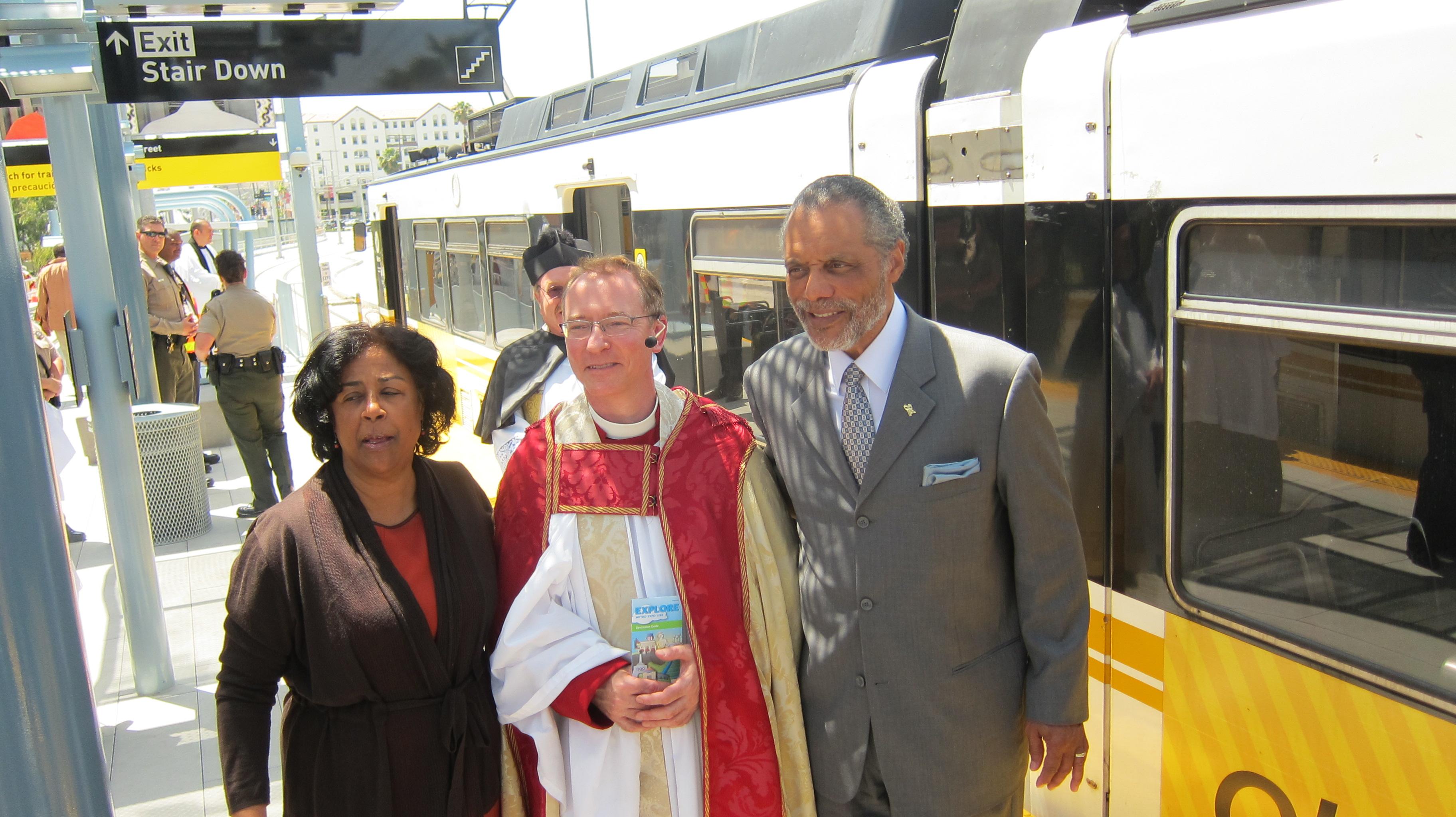 Los concejales de Los Angeles Jan Perry Bernard Parks acompañaron al reverendo Kowalewski. (Foto Luis Inzunza/El Pasajero).