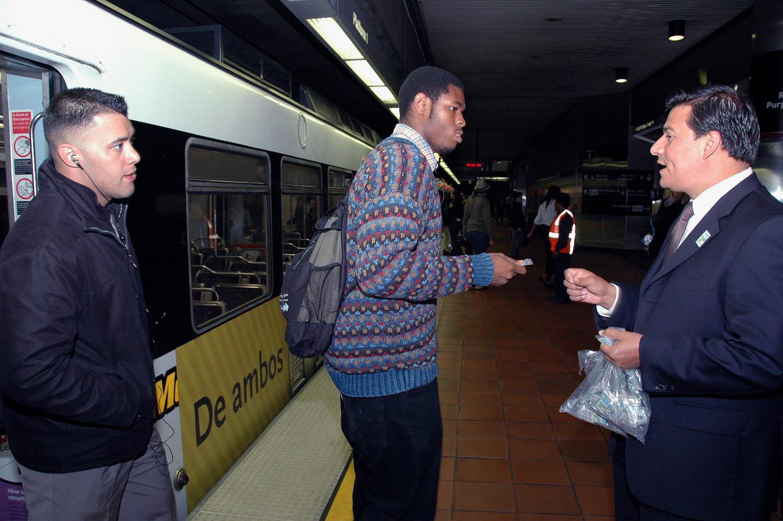El Concejal José Huizar recibe a los primeros pasajeros de paga de la Línea Expo en la estación 7th St/Metro Center. (Foto Luis Inzunza/El Pasajero).