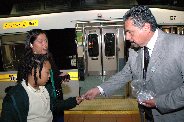 Frank Alejandro, Jefe Ejecutivo de Operaciones de Metro entregó souvenirs a los pasajeros de paga de Expo. (Foto Luis Inzunza/El Pasajero).