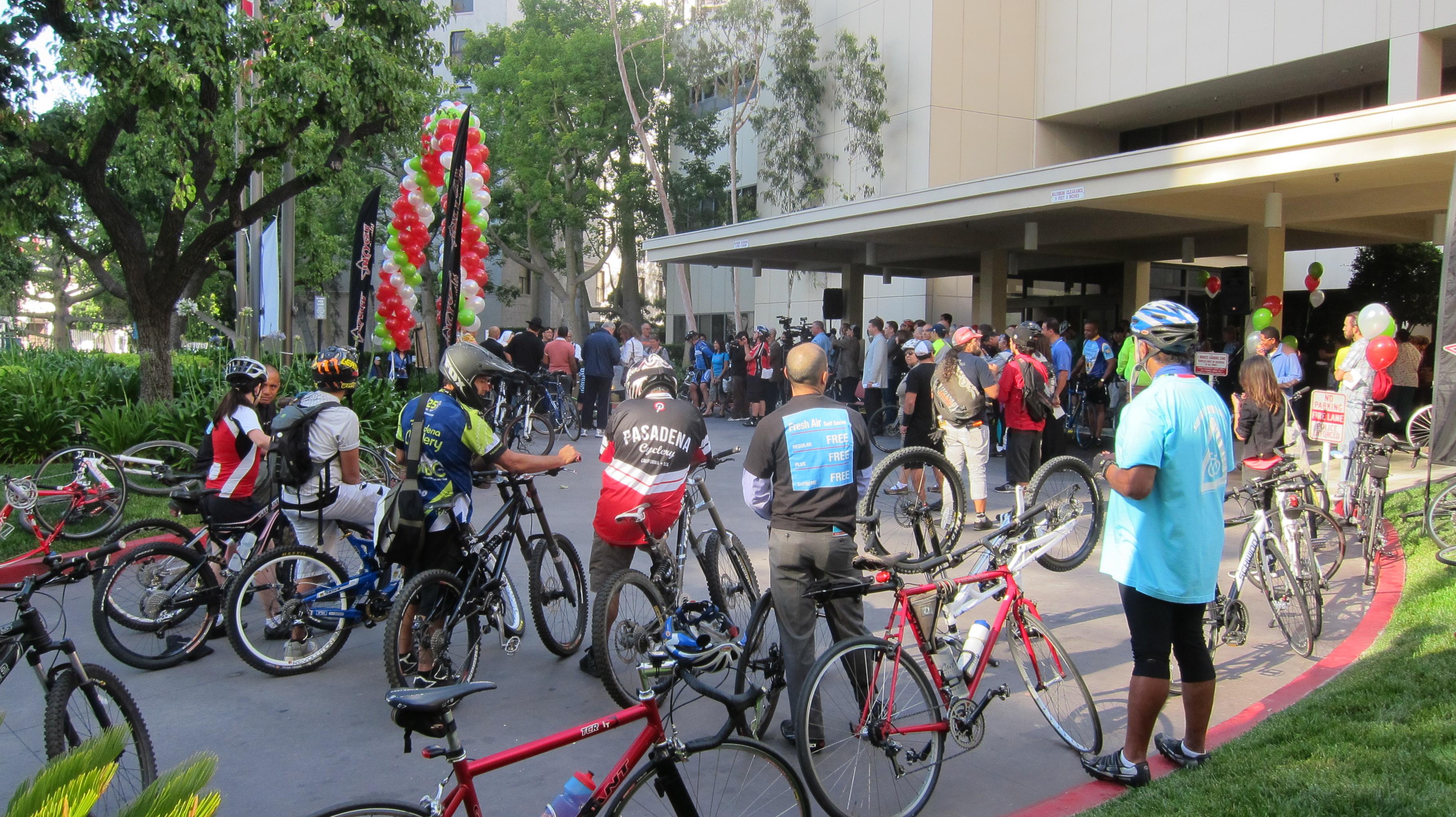 Los ciclistas listos para participar en la bendición de sus vehículos. (Foto Dave Sotero/El Pasajero).