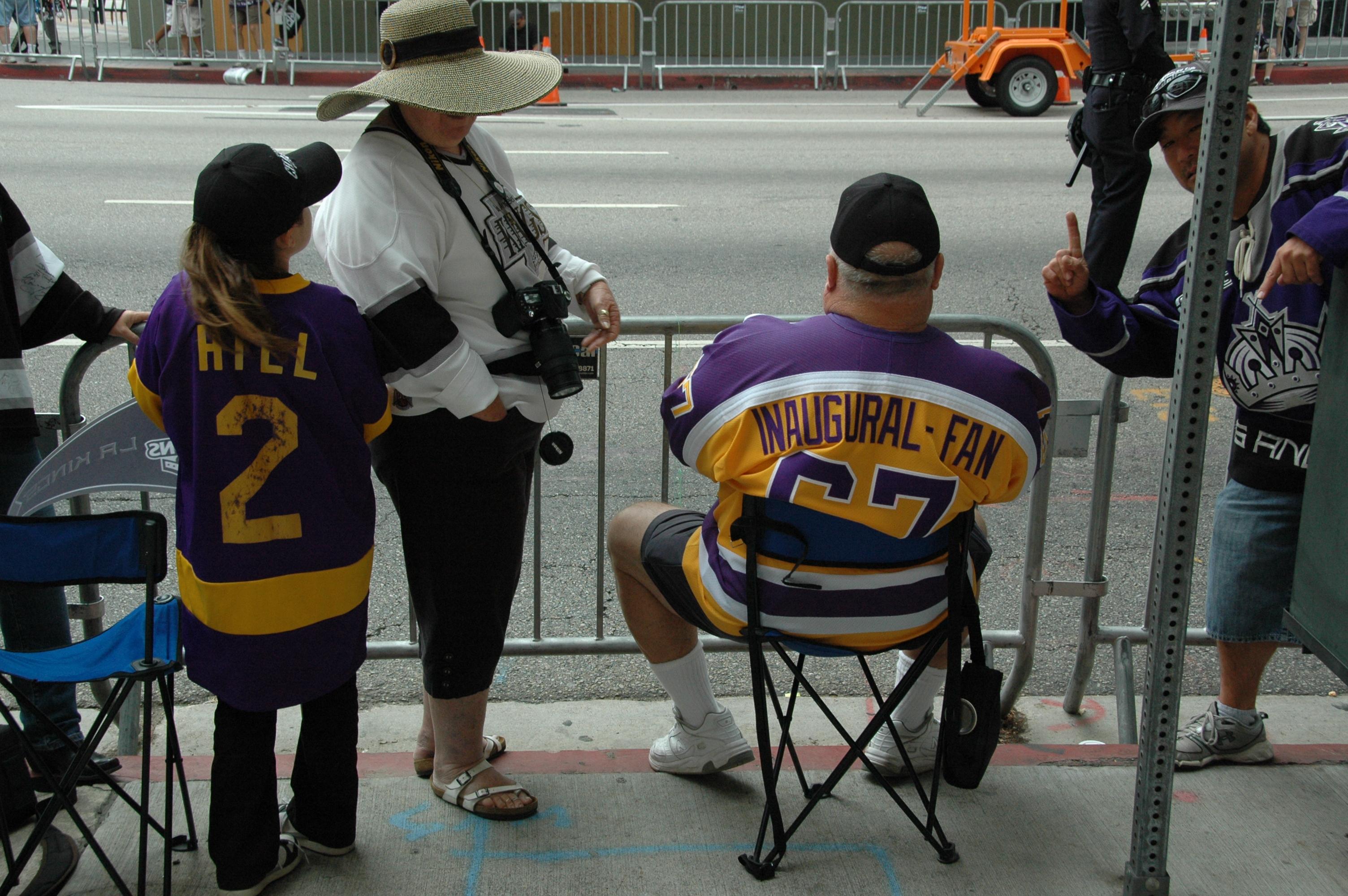 Como muestra un botón. Seguidor de Los Lakers, pero hoy vino a compartir la celebración de Los Kings. (Foto José Ubaldo/El Pasajero).