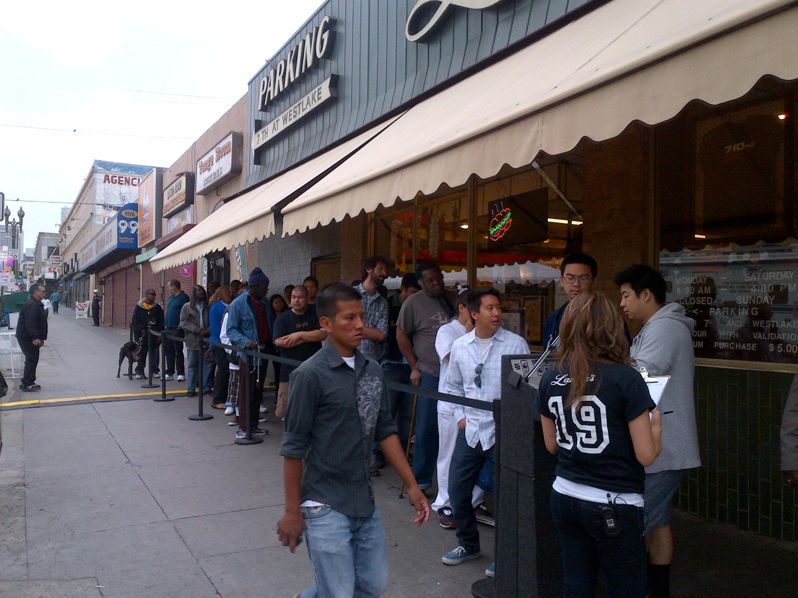 La fila empezó a crecer y crecer desde temprano en Langer's. (Foto Anna Chen/El Pasajero).