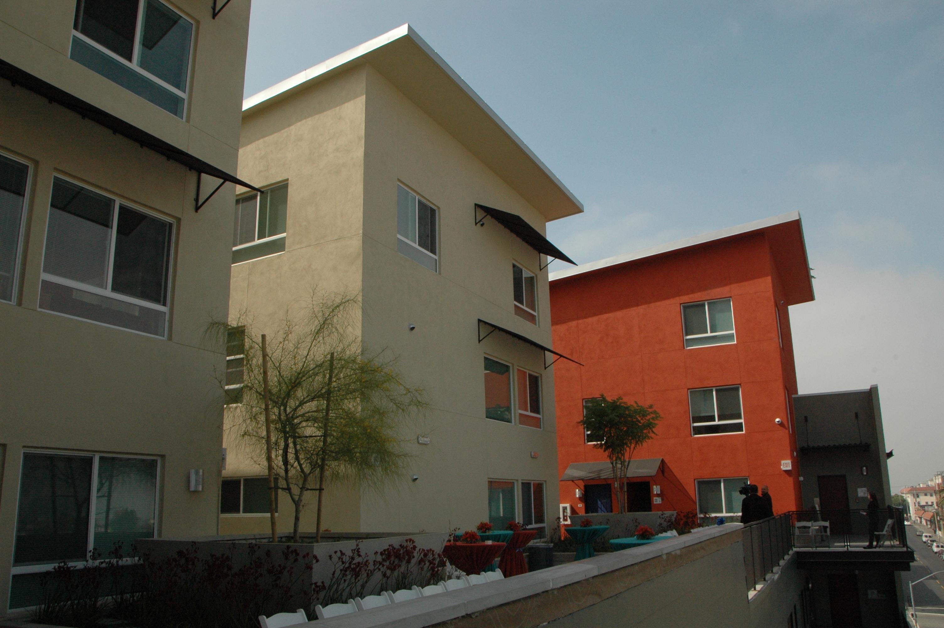 Aspecto del complejo de apartamentos para personas de bajos recursos en el parque MacArthur. (Foto Luis Inzunza/El Pasajero).