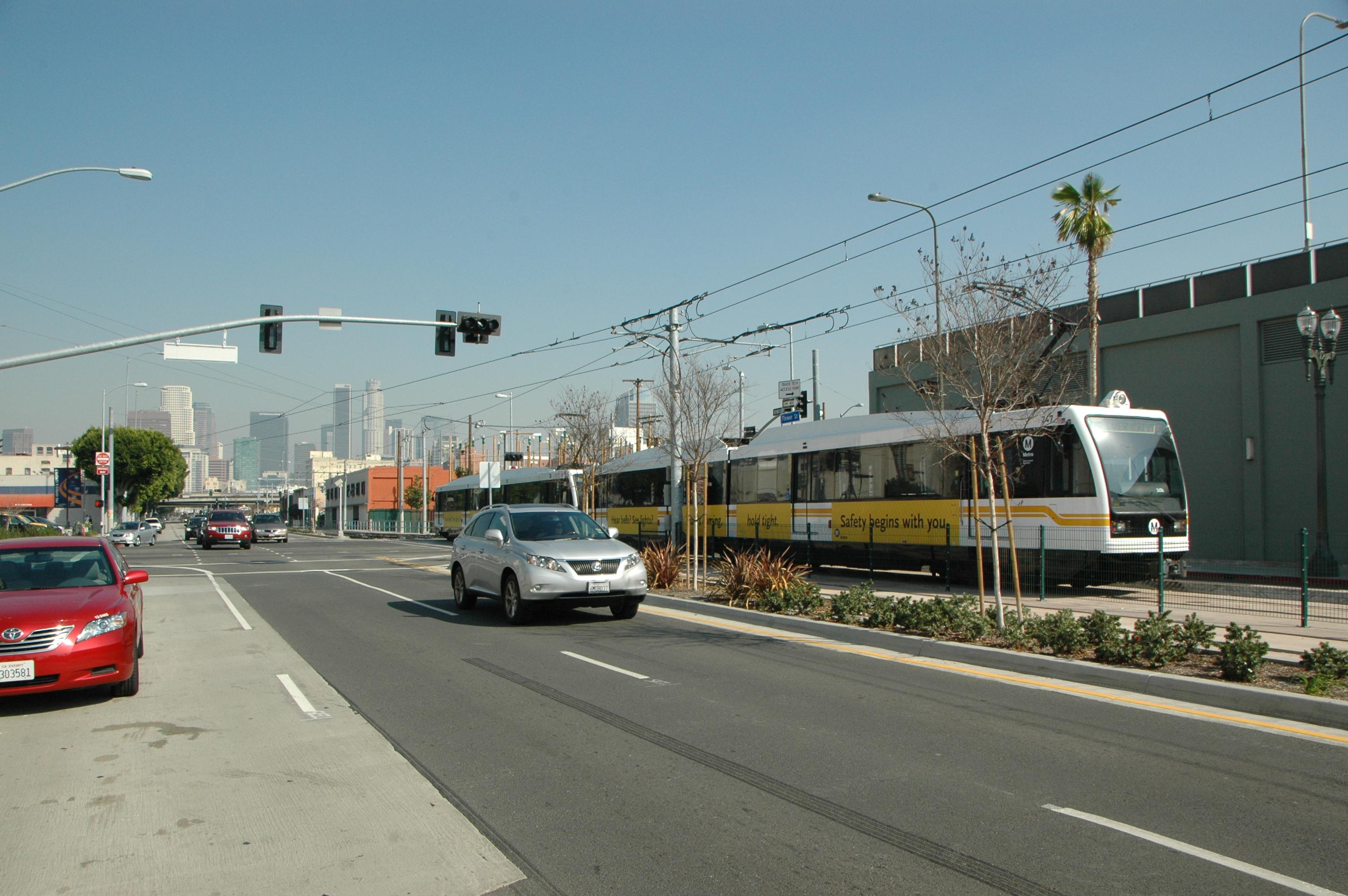 Esquina del bulevar Washington y la calle Flower, donde se empalman las vías de las líneas Azul y Expo de Metro. (Foto José Ubaldo/El Pasajero).