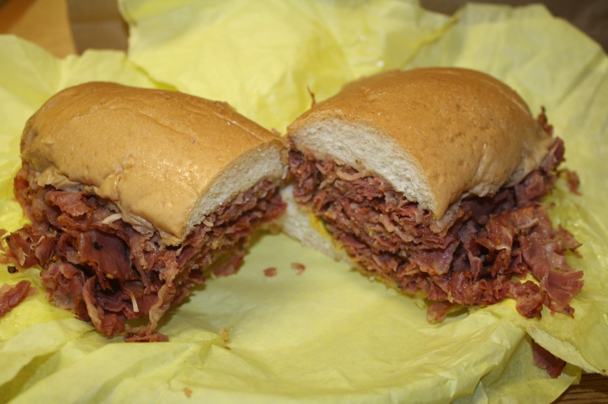 El sándwich de pastrami más famoso del mundo en el Este de Los Ángeles (Foto de Agustín Durán/ El Pasajero).