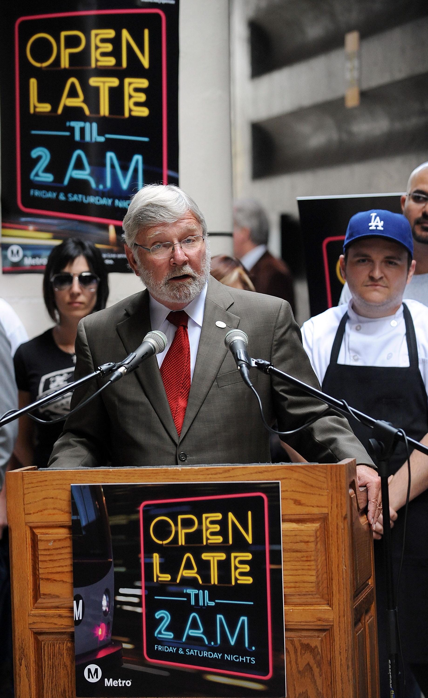 El Director General Ejecutivo de Metro Art Leahy explica el incremento de horas de servicio durante los fines de semana. La rueda de prensa se llevó a cabo en la estación Memorial Park de la ciudad de Pasadena. (Foto Juan Ocampo/El Pasajero).