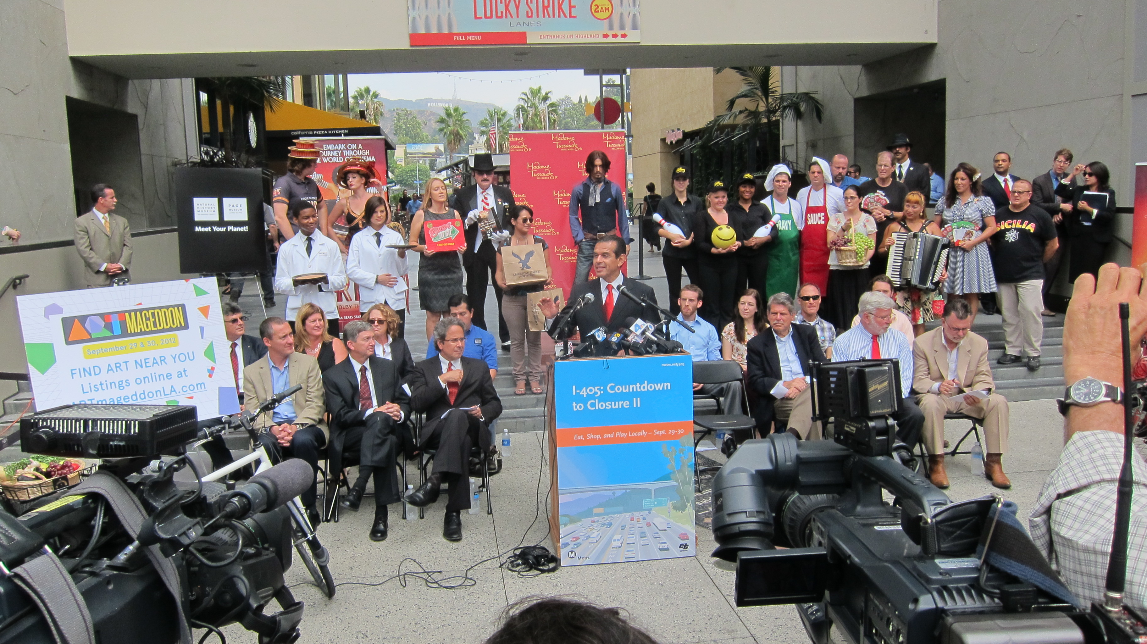 El alcalde Antonio Villaraigosa anuncia los descuentos que Metro ofrecerá durante el fin de semana de Carmagaddon II junto con sus asociados del programa Destination Discounts. (Foto Luis Inzunza/El Pasajero).