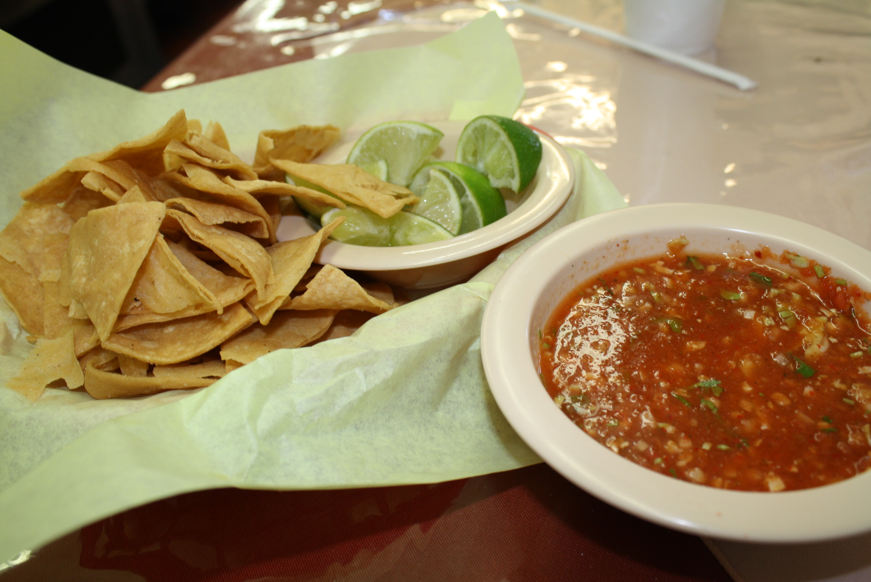Totopos con salsa de chile de árbol. (Foto Agustín Durán/El Pasajero).