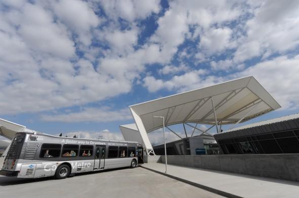 Listo para salir: Autobús de Silver Line sale de El Monte Bus Station. Foto de Gary Leonard.