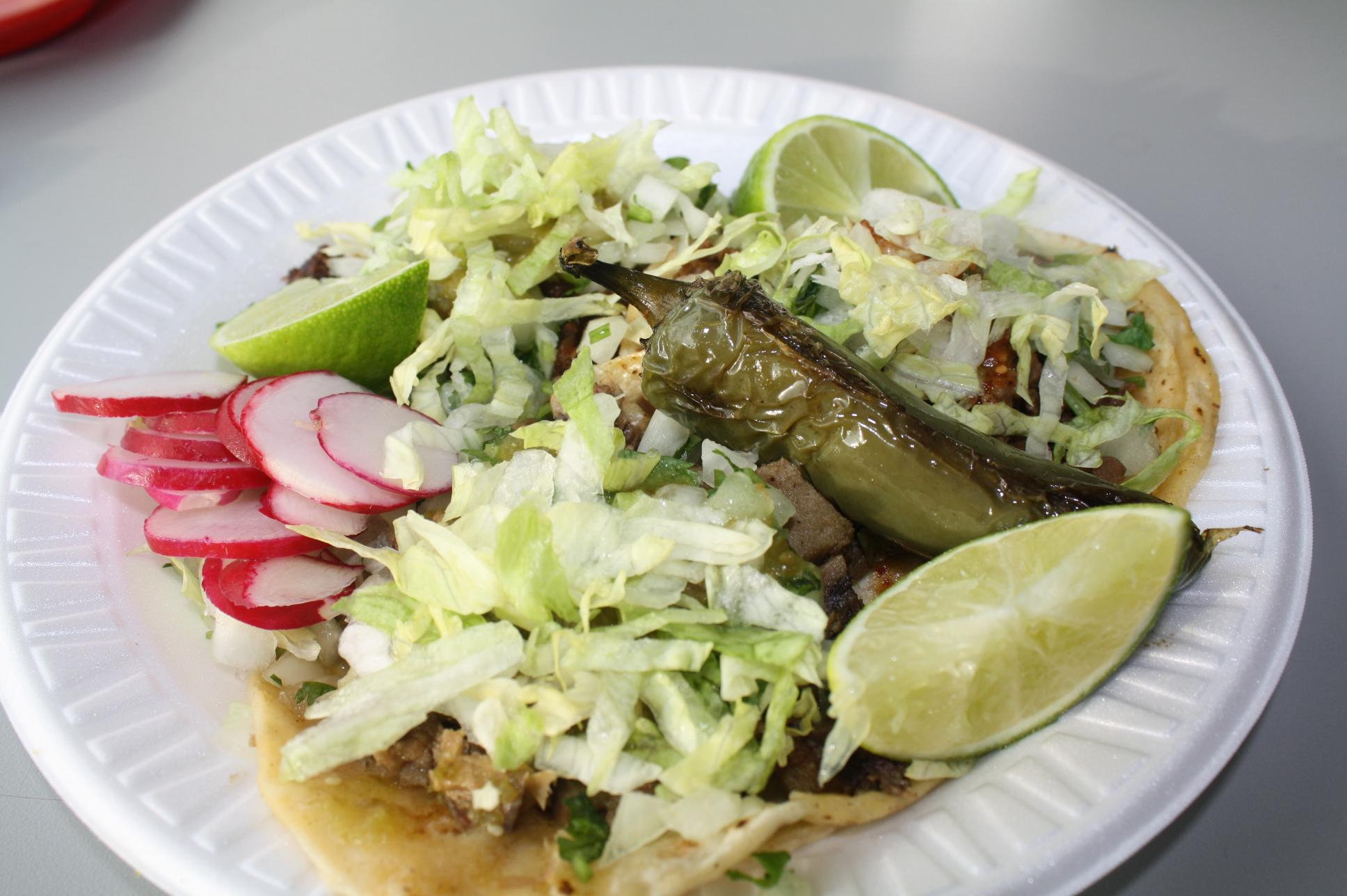 Tacos de lengua, asada y al pastor con los ingredientes y listos para comer (Foto de Agustín Durán/El Pasajero).