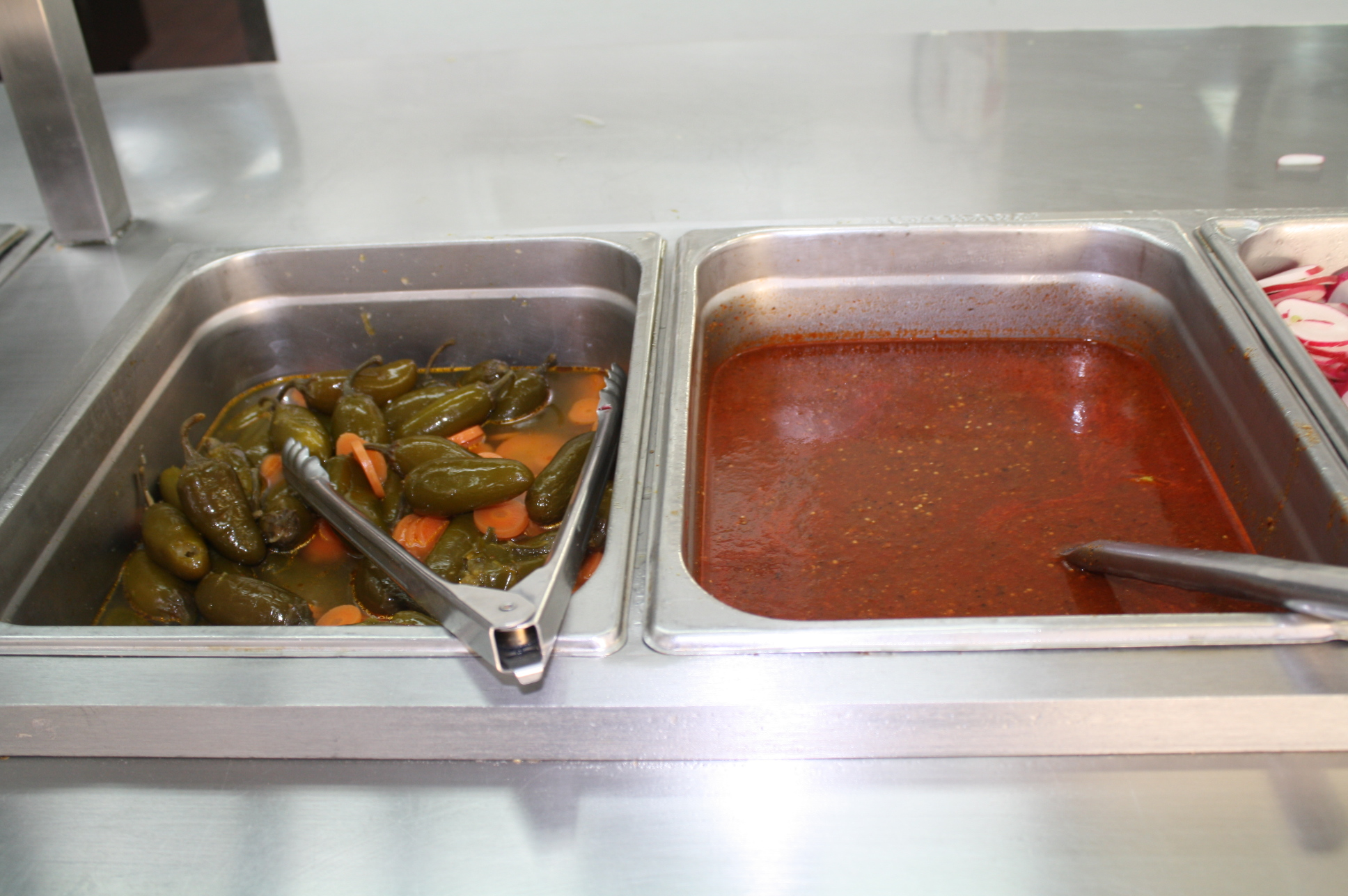 Chiles jalapeños y salsa roja  (Foto de Agustín Durán/El Pasajero).