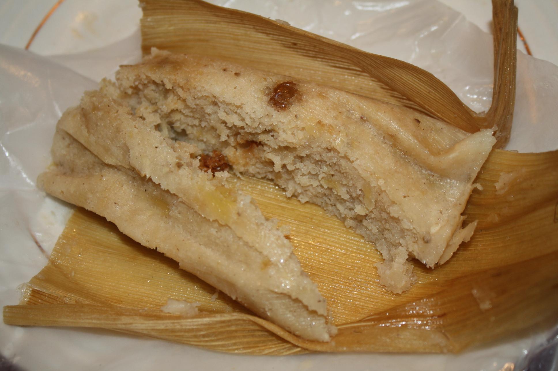 Tamal de dulce con piña y pasas. (Foto de Agustín Durán/El Pasajero).