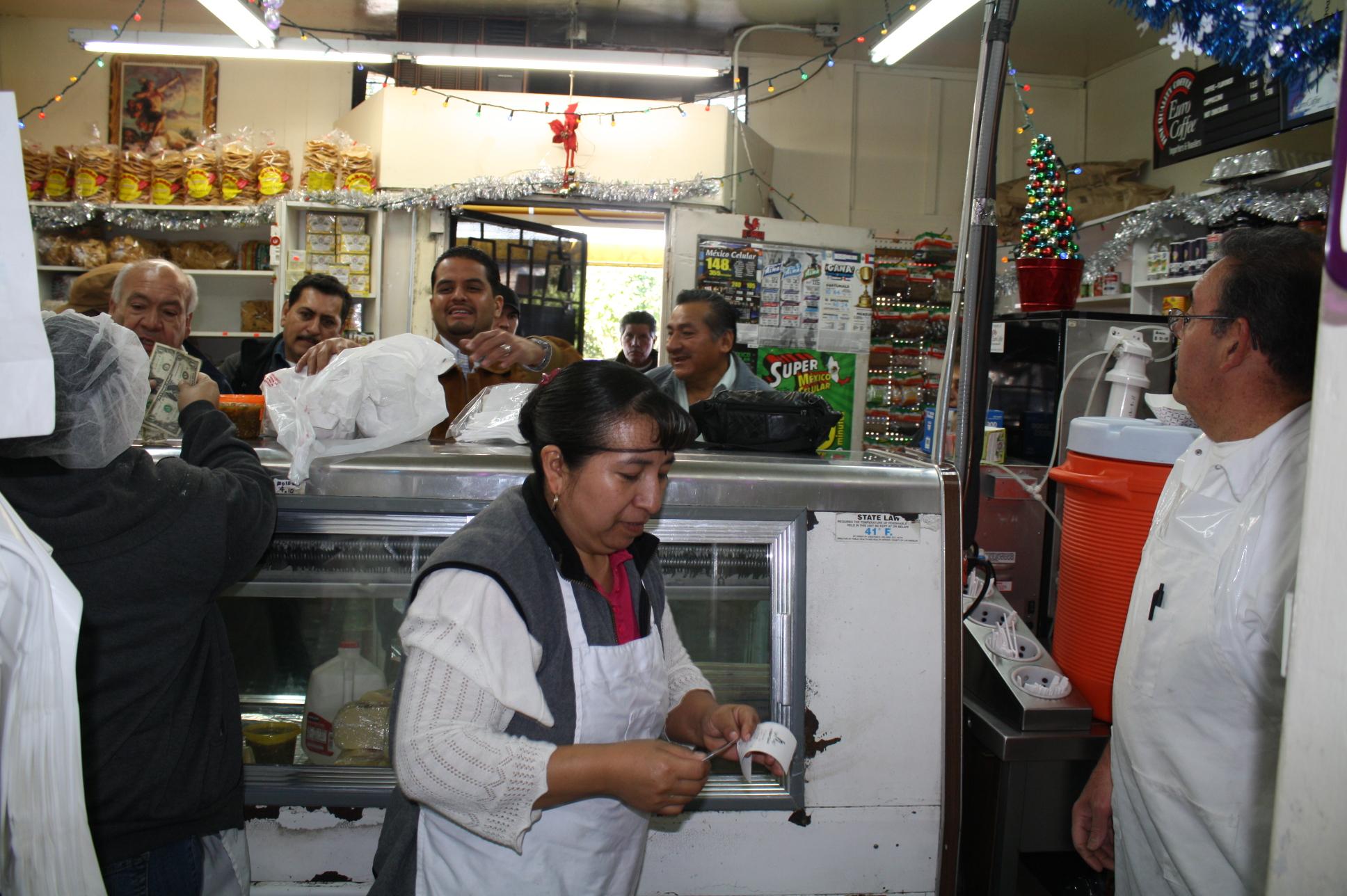 El lugar es pequeño pero lleno de actividad con las ordenes llegando a cada momento, especialmente en esta  temporada Navideña. (Foto de Agustín Durán/El Pasajero).