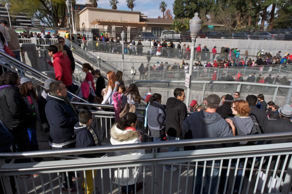 Las multitudes entran y salen de la estación Memorial Park en Old Pasadena. Foto: Gary Leonard/Metro.
