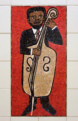 """Uno de los 52 mosaicos de cerámica de la obra de Faith Ringgold titulada """"People Portraits in Creativity, Performing, Sports & Fastion"""". La obra está en Civic Center."""