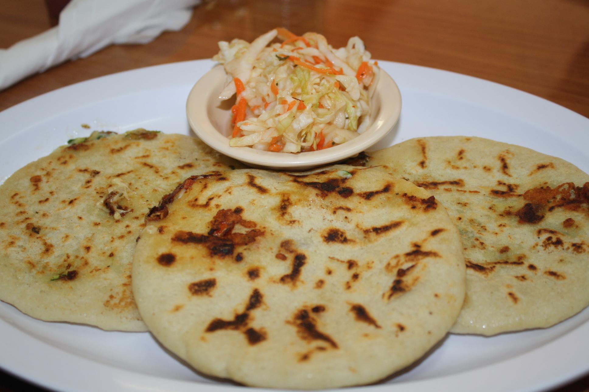 Pupusa de camarón con queso, espinaca y calabaza con queso. (Foto de Agustín Durán/El Pasajero)
