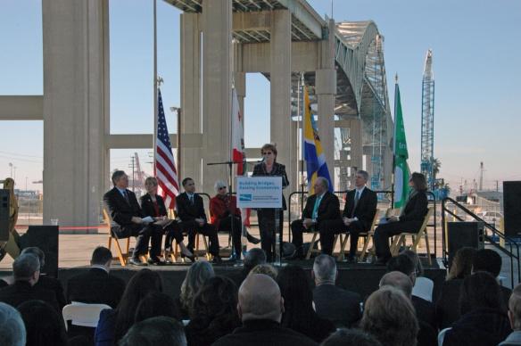 Diane Dubois, integrante de la Junta Directiva de Metro, habla durante la ceremonia en que se anunció la construcción del puente. Foto: Luis Inzunza/Metro.
