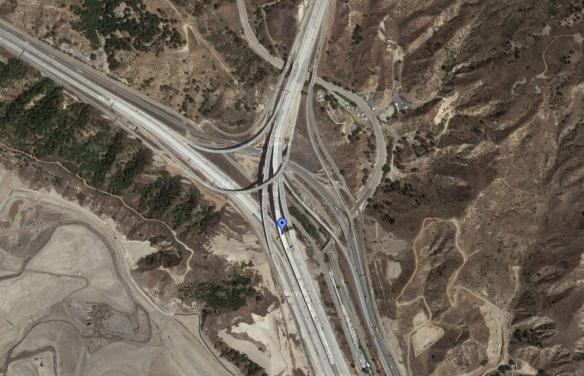 El punto azul marca el nuevo corredor que permitirá a los conductores viajar por los carriles HOV entre las autopistas 5 y 14. (Foto Google Maps)