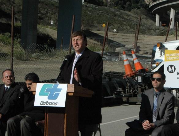 El concejal Ara Najarian, de Glendale y también miembro de la junta de Directores de Metro habló durante el evento. (Foto Luis Inzunza/El Pasajero).