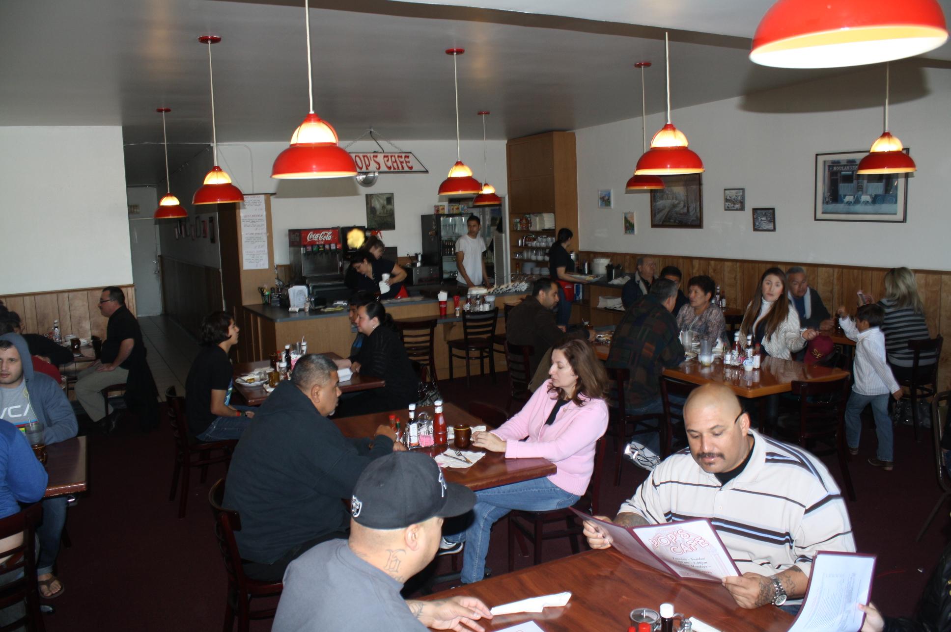 El ambiente es totalmente acogedor y familiar en Pop's Cafe. (Foto de Agustín Durán/El Pasajero).