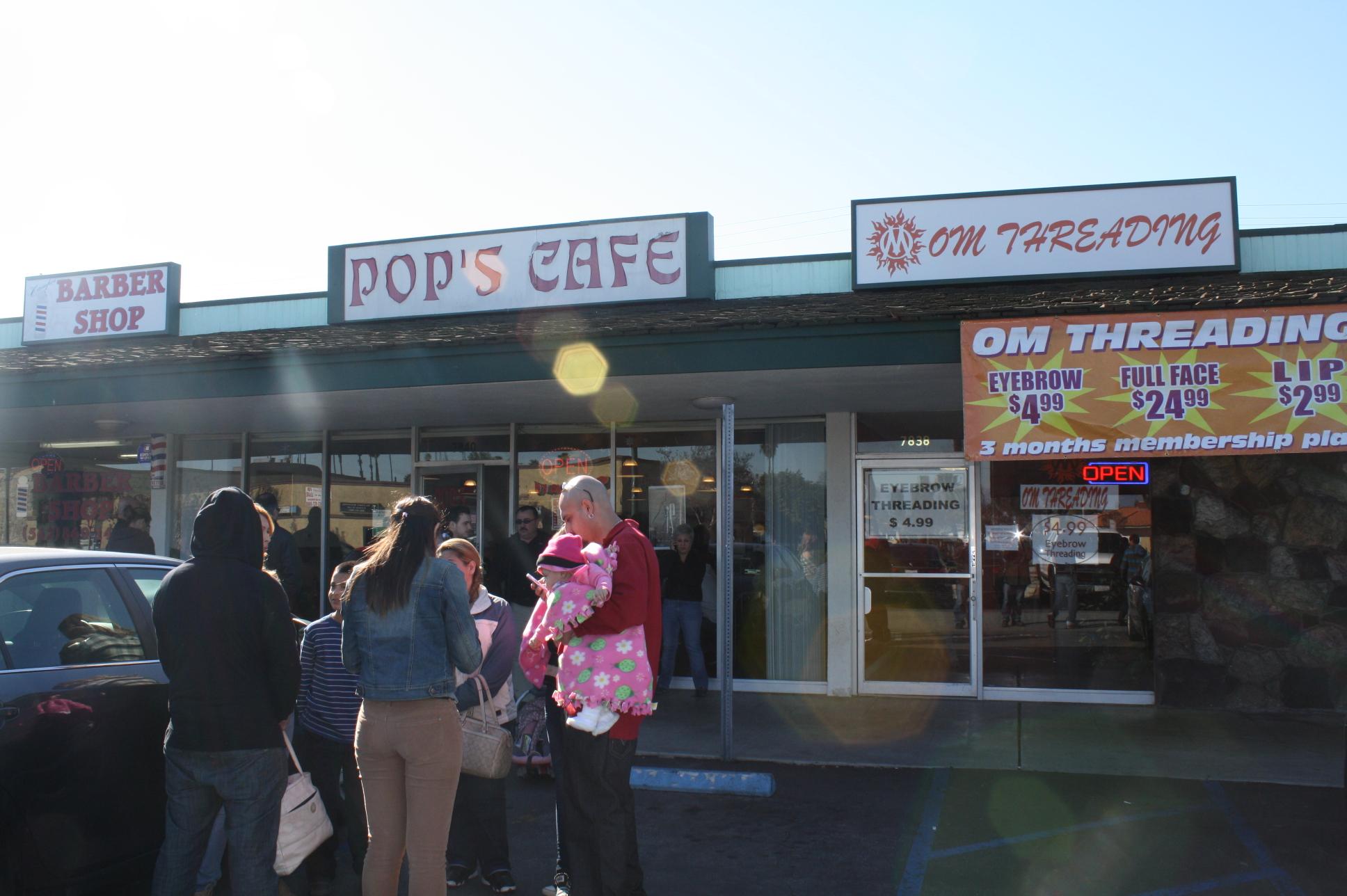No es raro ver a gente esperando afuera de Pop's Cafe, pero la espera no es larga y siempre vale la pena esperar.  (Foto de Agustín Durán/El Pasajero).