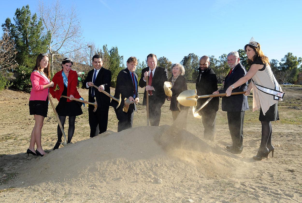Ceremonia del inicio de construcción del estacionamiento en McBean, en Santa Clarita. Foto Juan Ocampo/Metro.