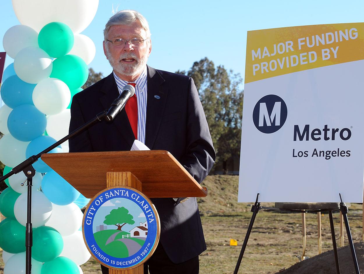 El Gerente General de Metro, Art Leahy  durante su presentación  en la ceremonia del inicio de construcción del estacionamiento en MvBean Parkway en Santa Clarita. (Foto Juan Ocampo/Metro).