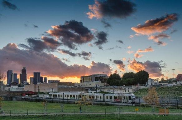 Atardecer en el LA State Historic Park con un tren de la Línea Dorada de Metro. (Foto Steve Hymon/Metro).