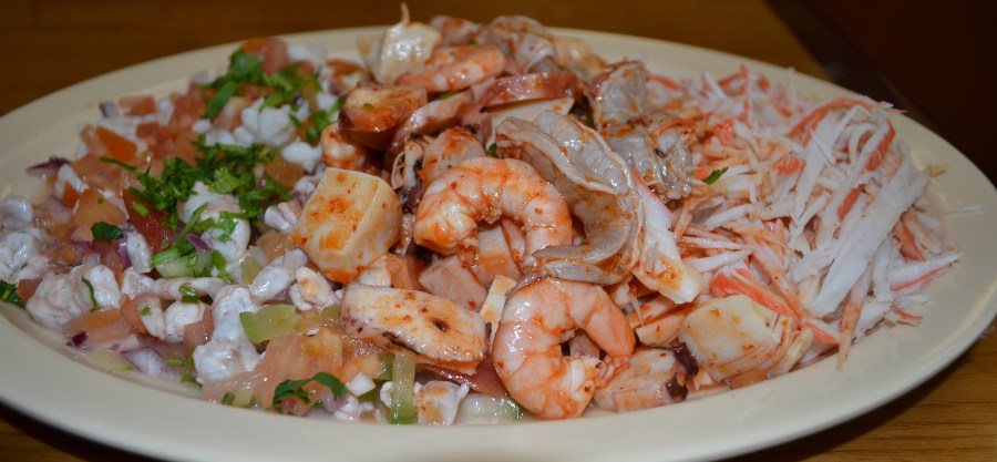 Platillo de mariscos los agarrados, son un ejemplo del sabor y originalidad de la comida en el restaurante Los Tomateros que muy pronto será Los Tiburones. (Foto de Agustín Durán/El Pasajero).