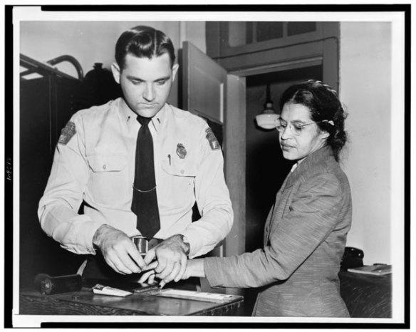 Rosa Parks en el momento de ser arrestada en Alabama, en 1955. Foto: Biblioteca del Congreso.